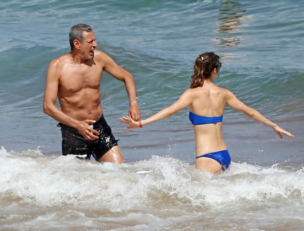 KASTET SEG UT I BØLGENE: Jeff og Emilie koste seg med å leke i bølgene på Hawaii. Foto: Stella Pictures