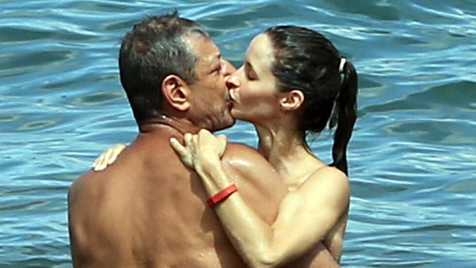 BLIR MANN OG KONE: Etter tre år som kjærester har Jeff Goldblum og Emilie Livingston valgt å ta forholdet et steg videre. Her er de sammen på Hawaii, hvor frieriet skjedde. Foto: Stella Pictures