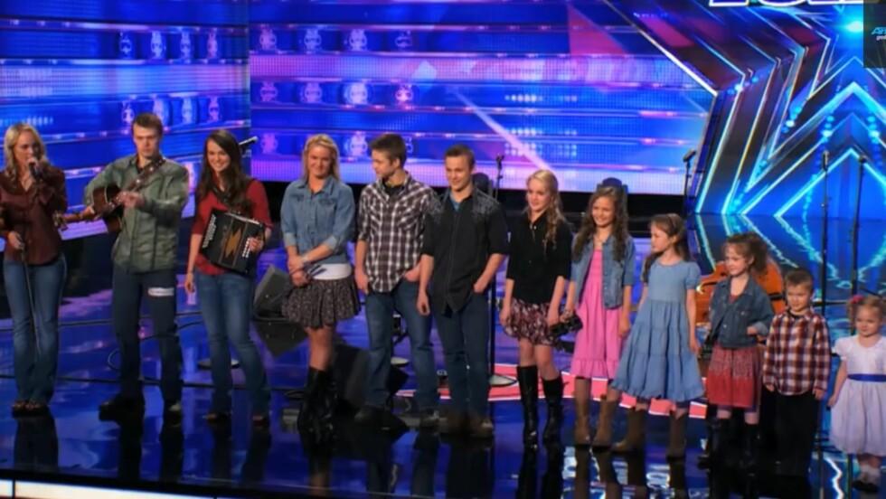SJARMERTE ALLE: De 12 søsknene i The Willis Clan, her med eldstesøster Jessica (t.v) som «ordstyrer», trollbandt både publikum og dommerne da de hadde sin audition på «America's Got Talent». Foto: Skjermdump YouTube