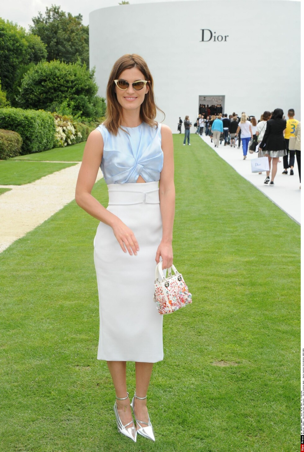 I GODT HUMØR: Bloggeren og modellen Hanneli Mustaparta var i godt humør da hun ankom Dior-visningen. Foto: PJB/SIPA/All Over Press