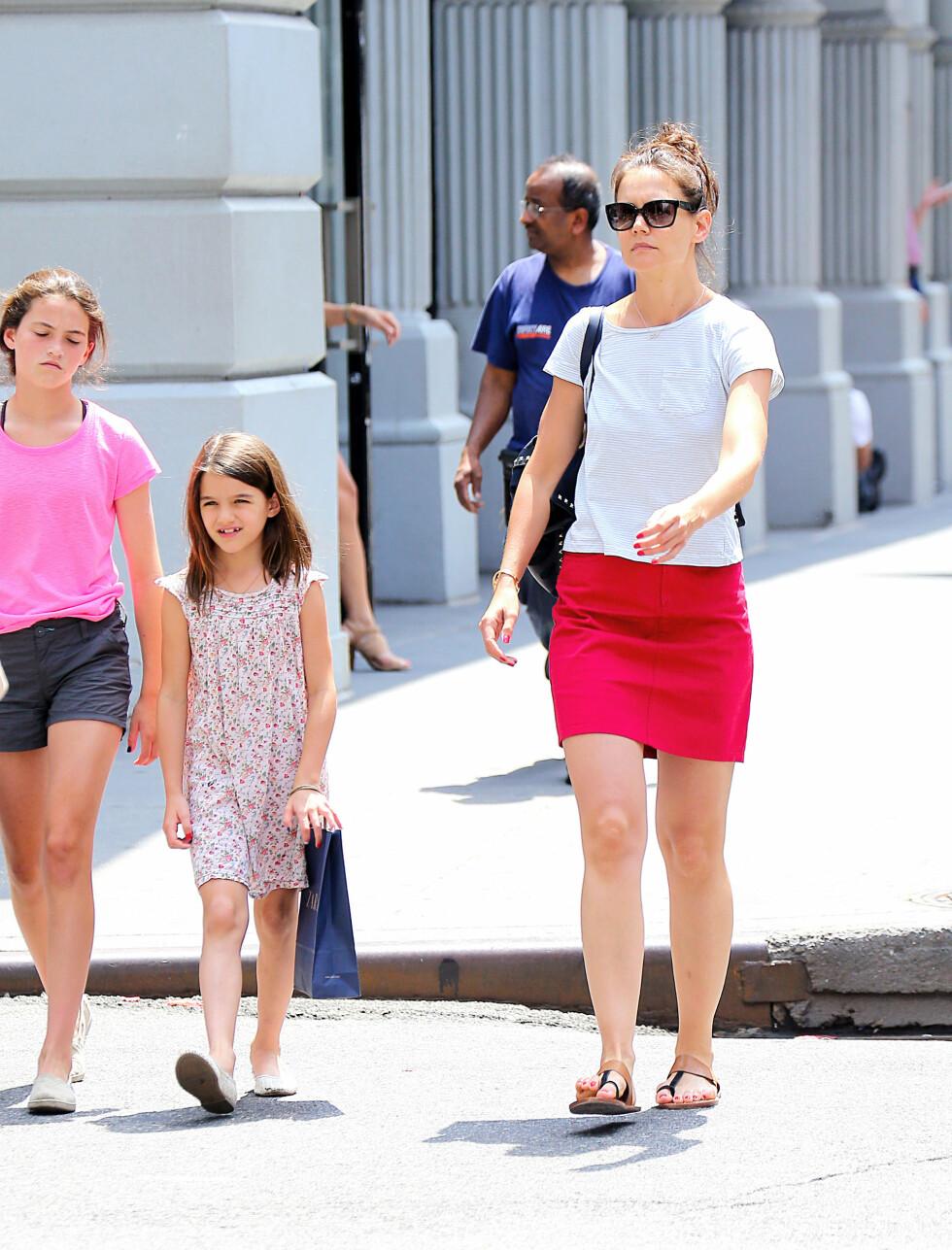FOKUSERER PÅ MAMMAROLLEN: Katie bruker mye tid på datteren Suri (8), som hun har med Tom Cruise. Foto: Splash/All Over Press