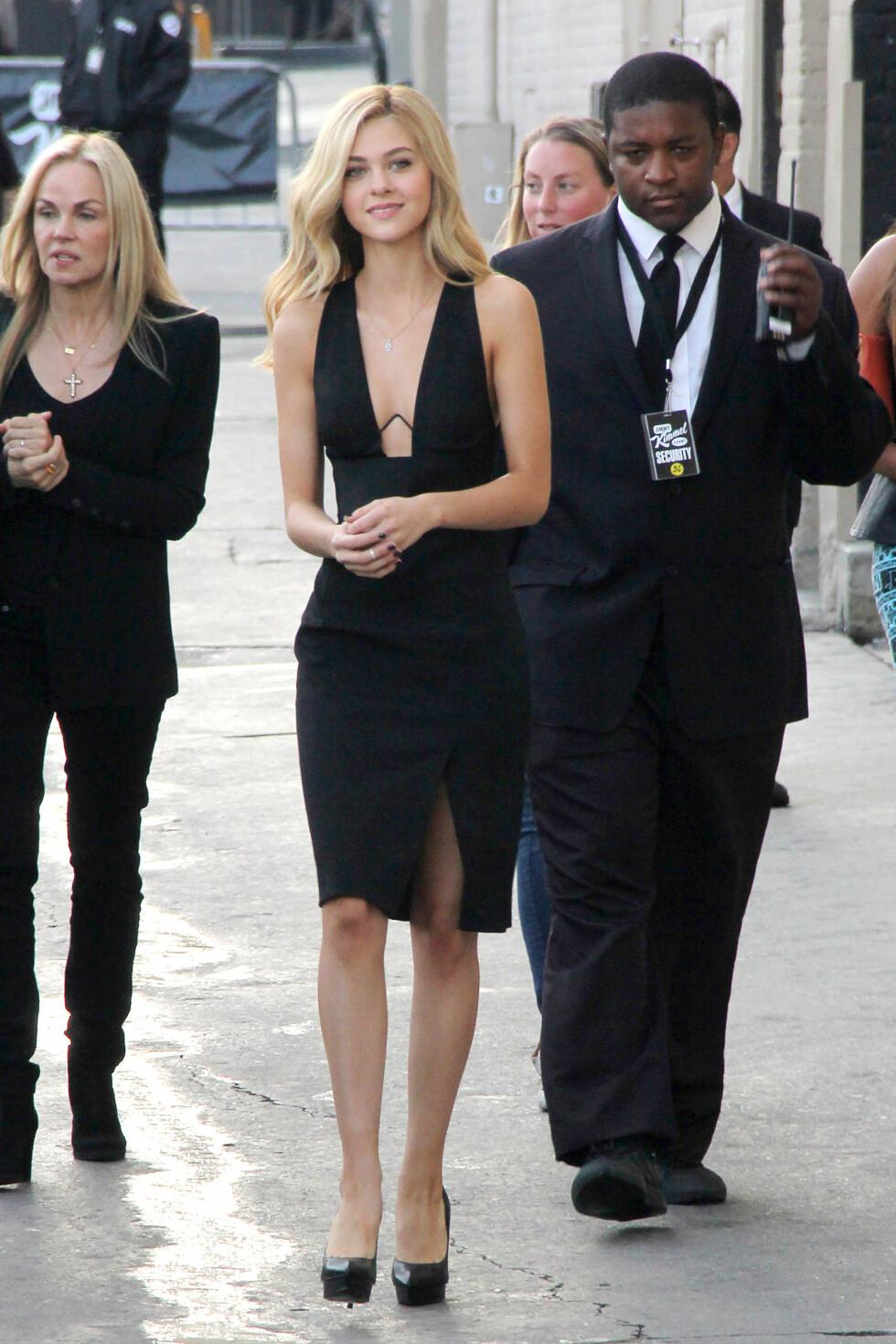 EDGY: Da Nicola Peltz gjestet «Jimmy Kimmel Live» i slutten av juni, var hun kledd i en sexy, sort kjole fra den unge australske designeren Dion Lee.  Foto: REX/MediaPunch/All Over Press