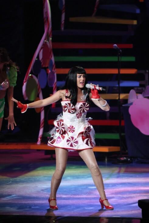 PÅ SCENEN: Katy Perry med snurrende kjærligheter på brystene, og håret hennes er farlig nær å bli fanget i hjulet. Foto: Stella Pictures