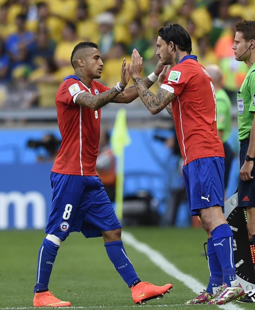 KROPPSKUNST: Mauricio Pinilla og Arturo Vidal i kamp for Chile mot Brasil denne uken.  Foto: imago/Xinhua/ All Over Press