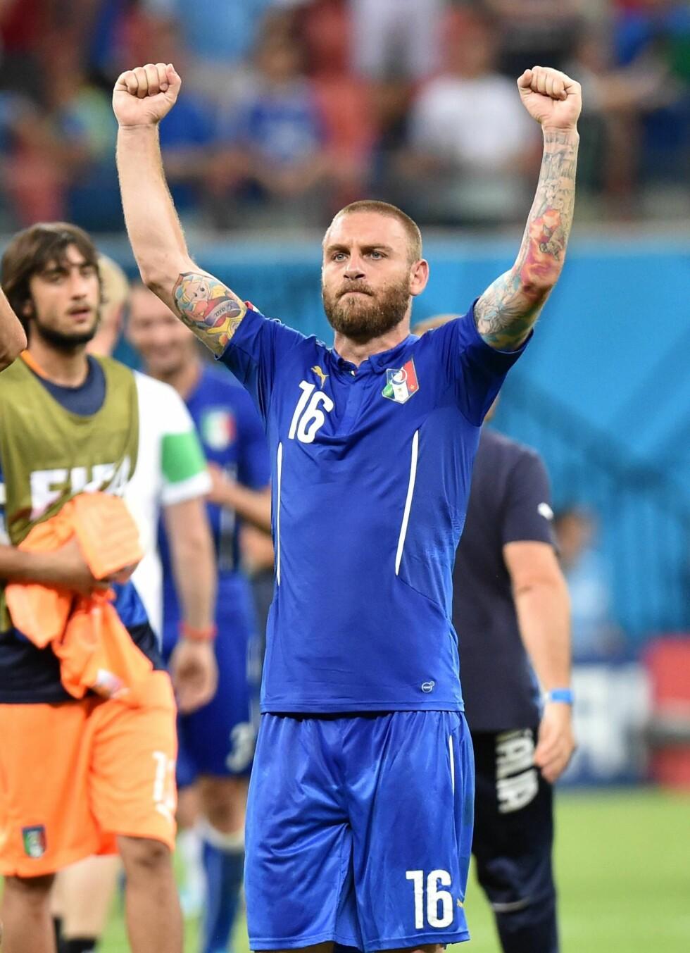 FARGERIK: Italienske Daniele De Rossi viser muskler - og tatoveringer - i kamp mot England. Foto: imago/Ulmer/Teamfoto/ All Over Press