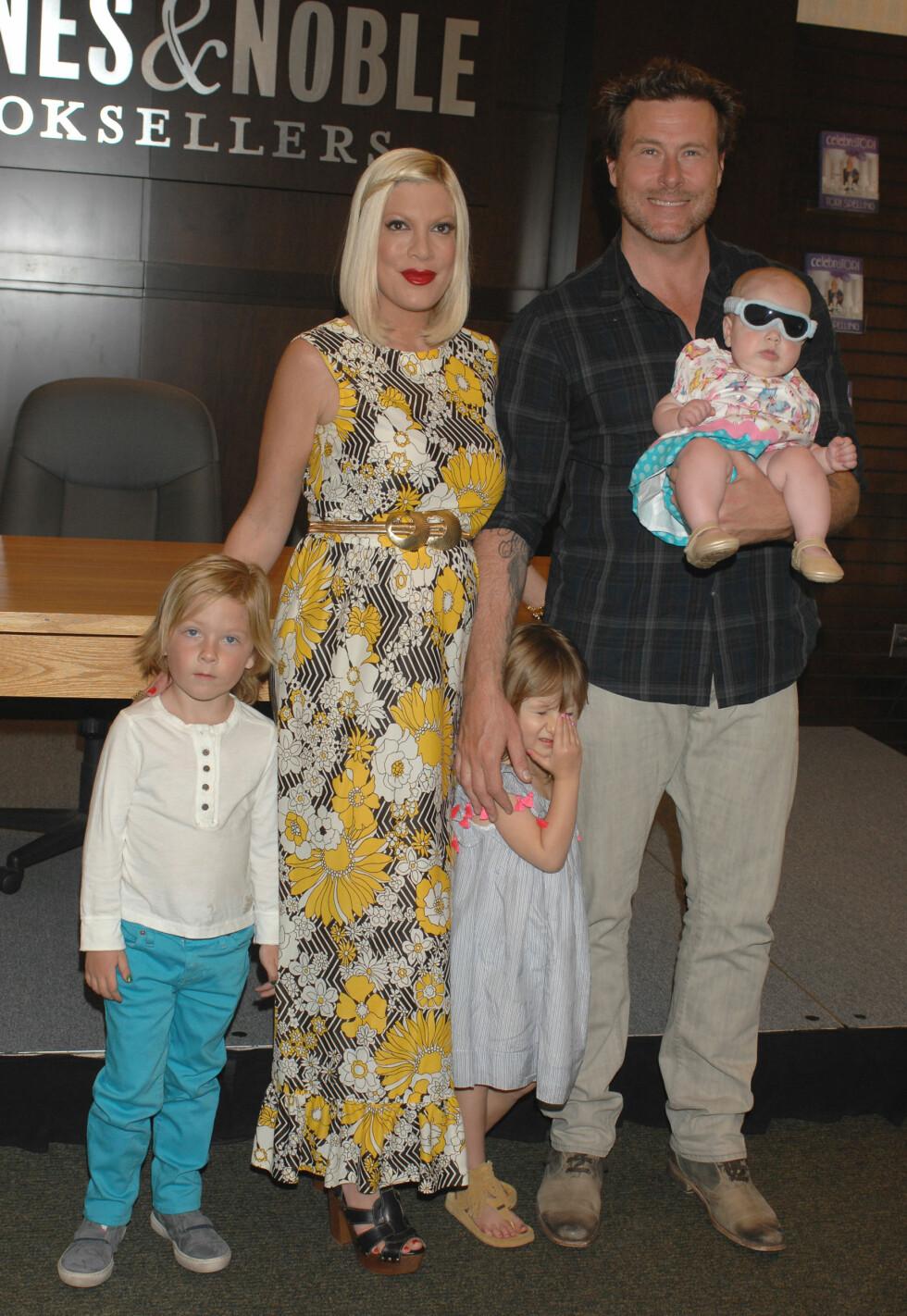 STOR FAMILIE:  Tori Spelling og Dean McDermott med barna (f.v.) Liam, Stella og Hattie. I tillegg har de sønnen Finn. Foto: Stella Pictures