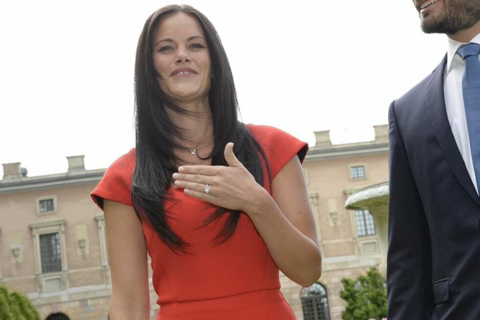 HER ER RINGEN: - Jeg fikk ringen i dag tidlig, så dette er veldig nytt for meg, sier Sofia Hellqvist under pressekonferansen.  Foto: NTB scanpix