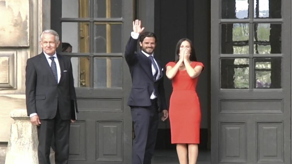 STRÅLTE: Prins Carl Philip og Sofia Hellqvist virket svært entusiastiske allerede da de ankom pressekonferansen. Foto: Scanpix