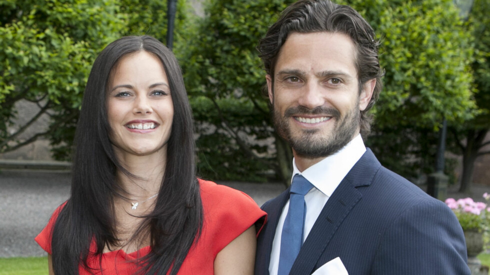 GIFTER SEG: Prins Carl Philip og Sofia Hellqvist ankommer pressekonferansen.  Foto: Fame Flynet