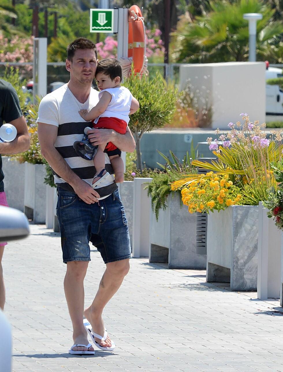 KOS: Messi og sønnen Thiago på Ibiza i 2013. Foto: Splash News/ All Over Press