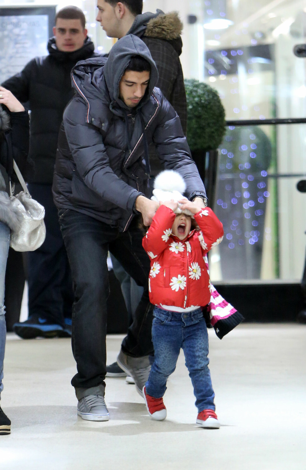 ROET SEG: Flere hevder at Liverpool-spilelr Luis Suarez, som spiller for Uruguay under VM, har latt seg mykne opp etter at han og kona Sofia ble foreldre til Delfina og Benjamin. Her på juleshopping med datteren. Foto: Splash News/ All Over Press