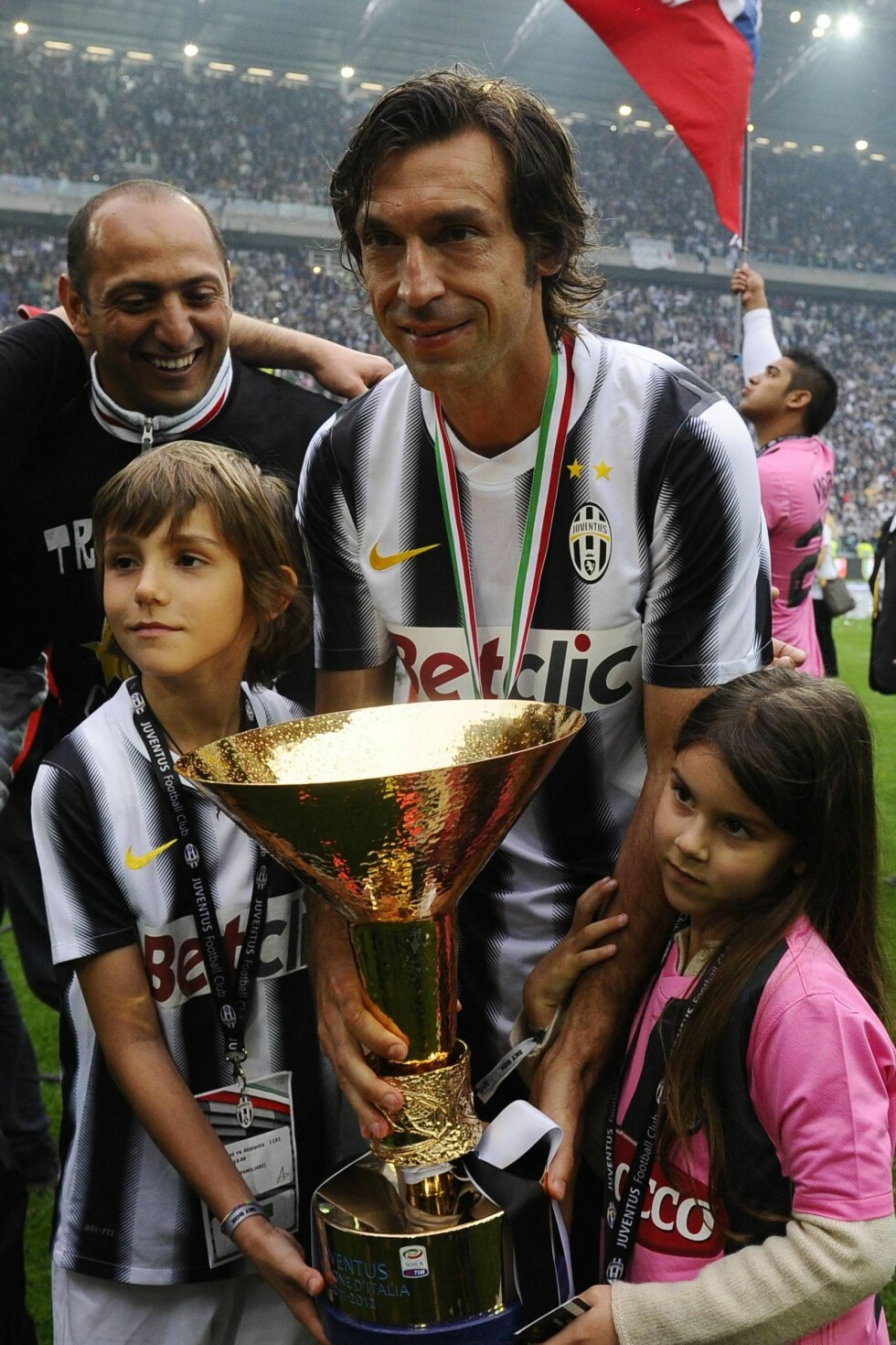 TOBARNSFAR: Den italienske kapteinen Andrea Pirlo har datteren Angela (8) og Niccolo (11) med ekskona. Her fra seriemesterskap i Italia i fjor. Foto: IMAGO/ All Over Press