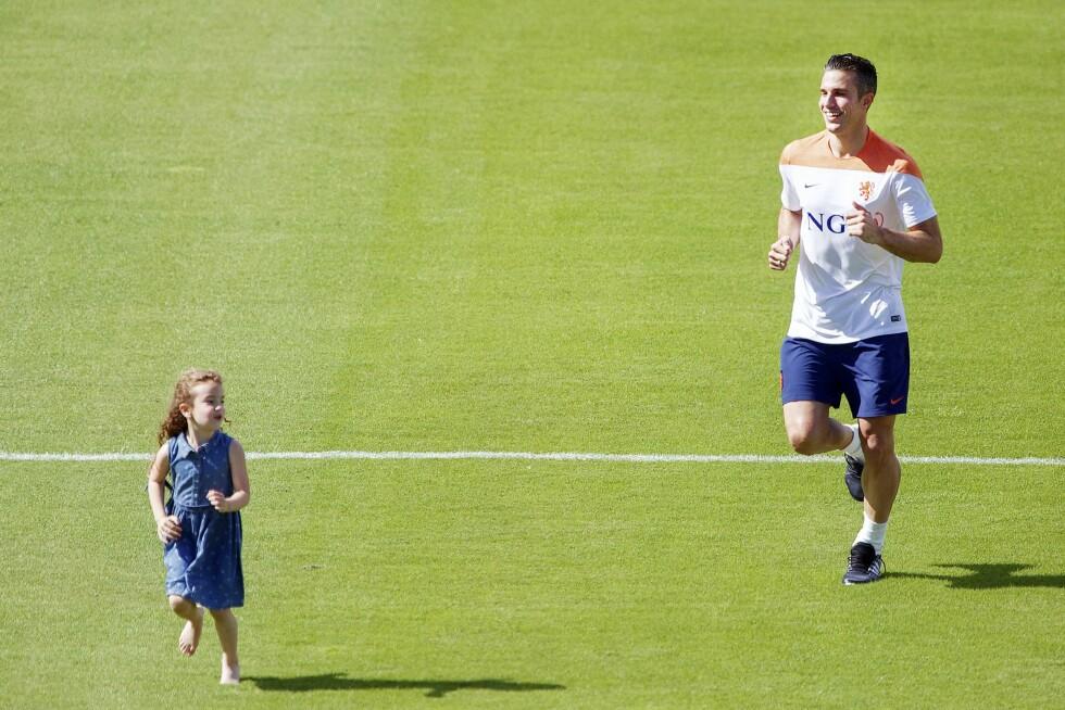 TOBARNSFAR: Den nederlandske spilleren Robin van Persie (30) brukte datteren Dina Layla (5) som en del av oppvarmingen på fotballbanen i Rio i juni. Han har også sønnen Shaqueel (7) med Bouchra van Persie (30). Foto: All Over Press