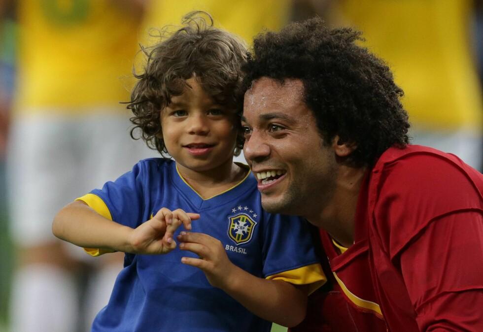 KOS: Marcelo med sønnen Enzo Alves Vieira etter en tidligere fotballkamp. Foto: IMAGO/ All Over Press