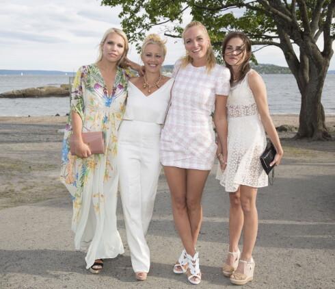 <strong>JENTEFEST:</strong> Martw Krogh kom til Elle-festen med venninnene (f.v.) Anett Ringstad, Sølje Bergman, Marte Krogh og Gitte Witt. Foto: Espen Solli/Se og Hør