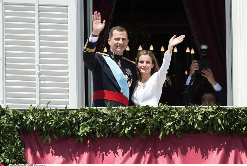 <strong>NYTT KONGEPAR:</strong> Letizia og Felipe er Spanias nye kongepar, men Juan Carlos og Sofia vil fortsatt tituleres som konge og dronning. Foto: NIVIERE/SIPA/All Over Press