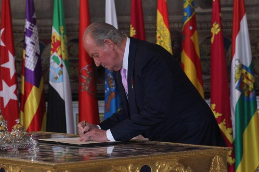 <strong>SISTE DAG PÅ JOBB:</strong> 18.juni signerte Juan Carlos abdikasjonspapirene. Han beholder imidlertif fortsatt sin immunitet, og kan blant annet ikke straffeforføles.  Foto: All Over Press