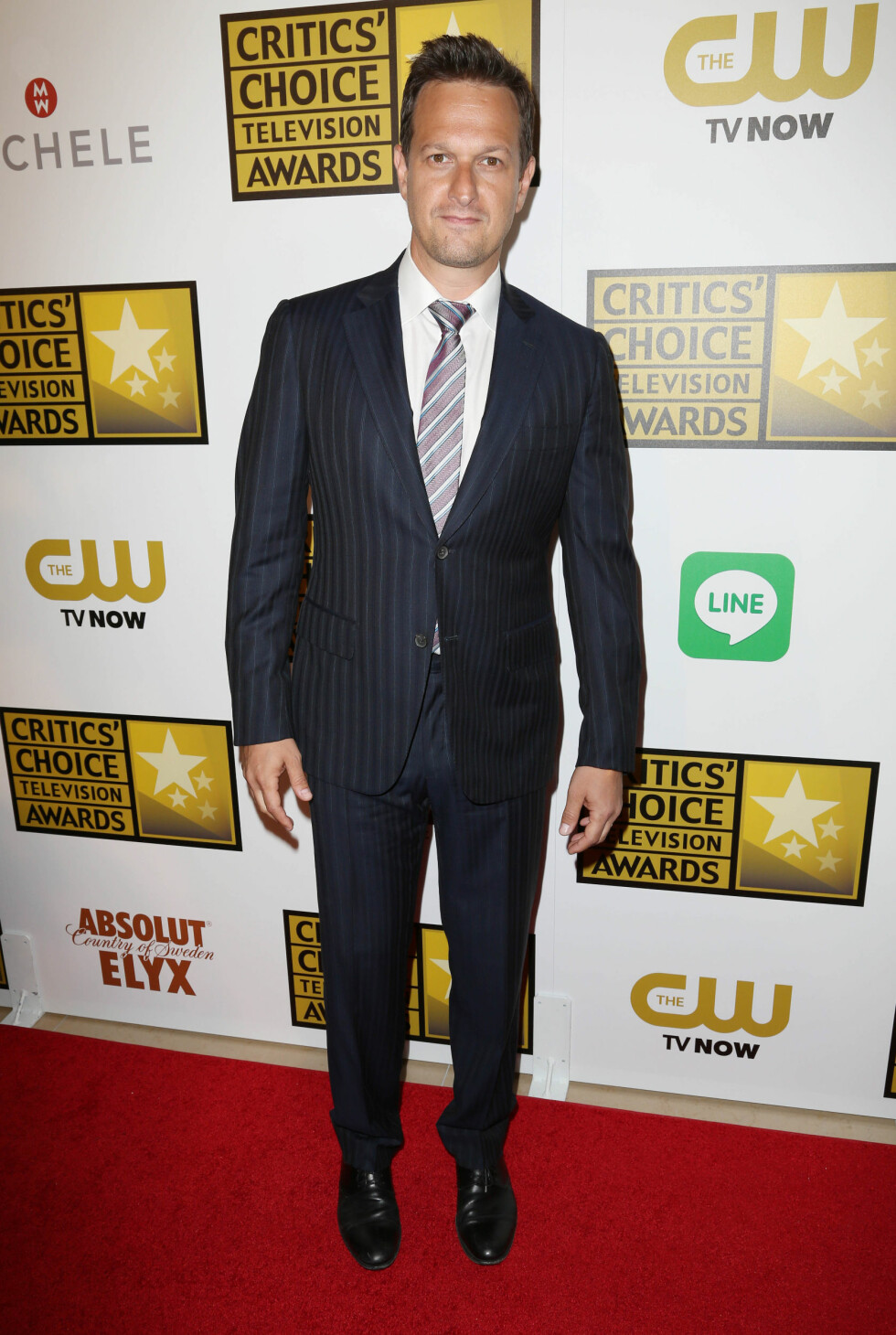 «The Good Wife»-stjernen kom i en sort og hvit stripete dress og matchende slips.  Foto: REX/Matt Baron/BEI/All Over Press