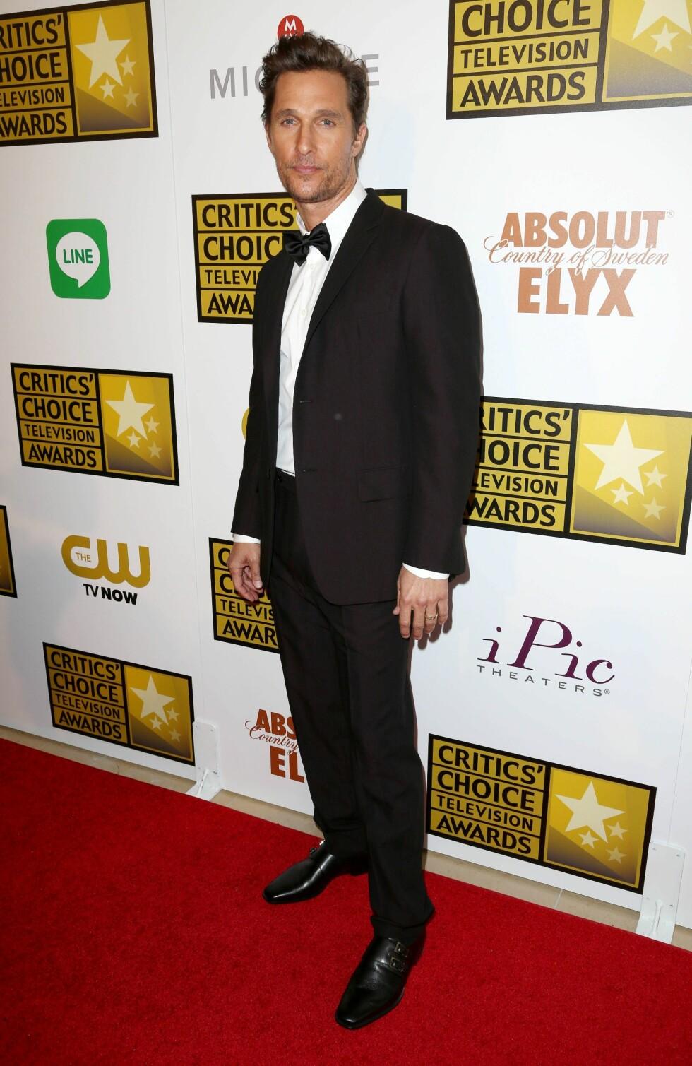 «True detective»-stjernen tok imot prisen for beste skuespiller i en sort dress og tversoversløyfe.  Foto: REX/Matt Baron/BEI/All Over Press