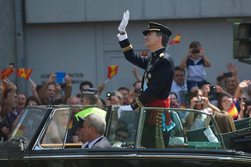 TRYGG KONGE: Det ble på forhånd uttrykt engstelse for at den nye kongen skulle kjøres i åpen bil, men Felipe ville - og det gikk bra. Foto: All Over