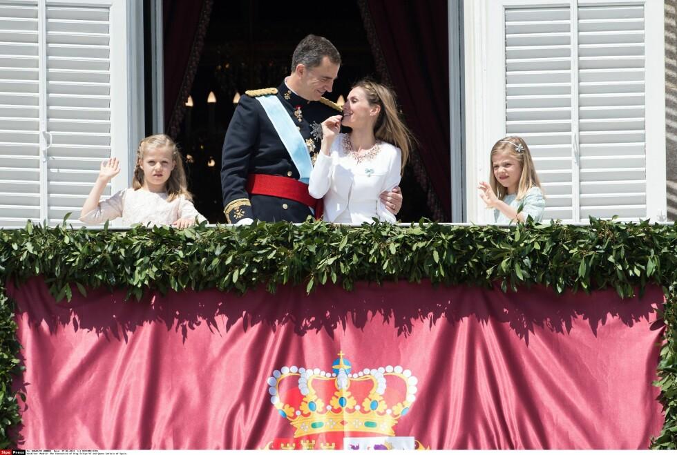 NYTT LIV: Her er kronprinsesse Leonor, kong Felipe, kronprinsesse Letizia og prinsesse Sofia på den første dagen som kongefamilie. Foto: All Over