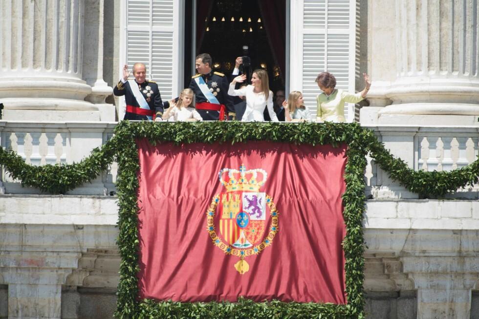 TAKKET FOR SEG: En sliten, men glad kong Juan Carlos var glad for å gi ansvaret videre til Felipe. Han får fremdeles bære tittelen sin, selv om han har gått av. Foto: All Over