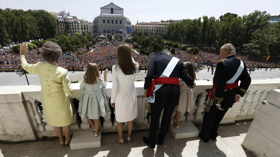 FIKK STØTTE: Dronning Sofia (til venstre) og kong Juan Carlos (til høyre) fikk være med ut på balkongen for å se de enorme folkemassene som hadde møtt frem. Foto: All Over