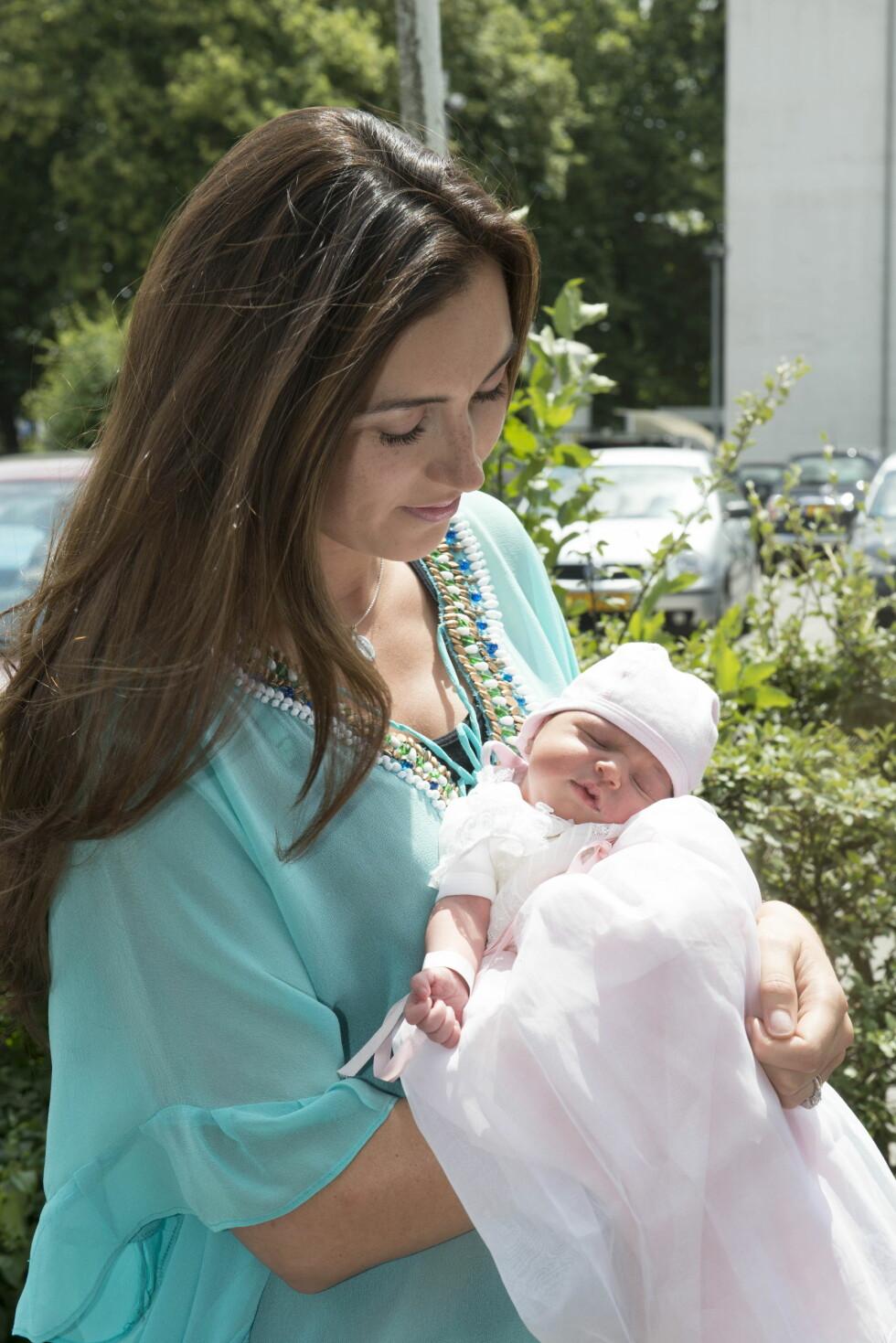 SOV SØTT: Tirsdag ettermiddag forlot den nybakte moren sykehuset sammen med sin lille prinsesse.  Foto: Stella Pictures
