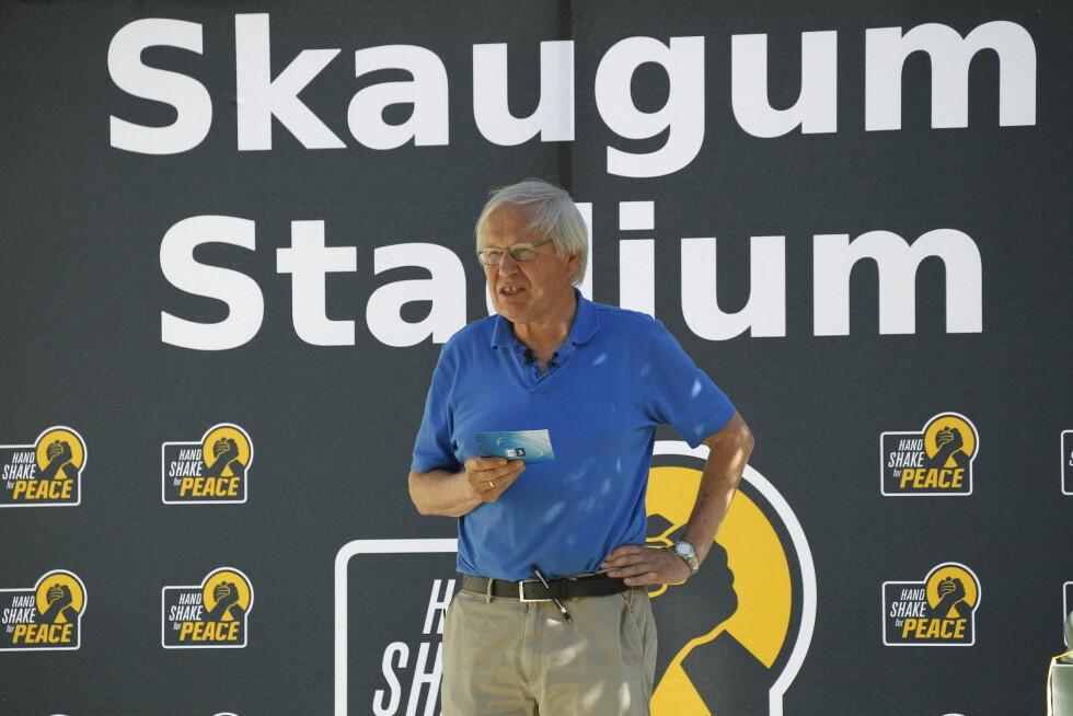 KOMMENTATOR: Arne Scheie kommenterer kampen på Skaugum.  Foto: Andreas Fadum/Se og Hør