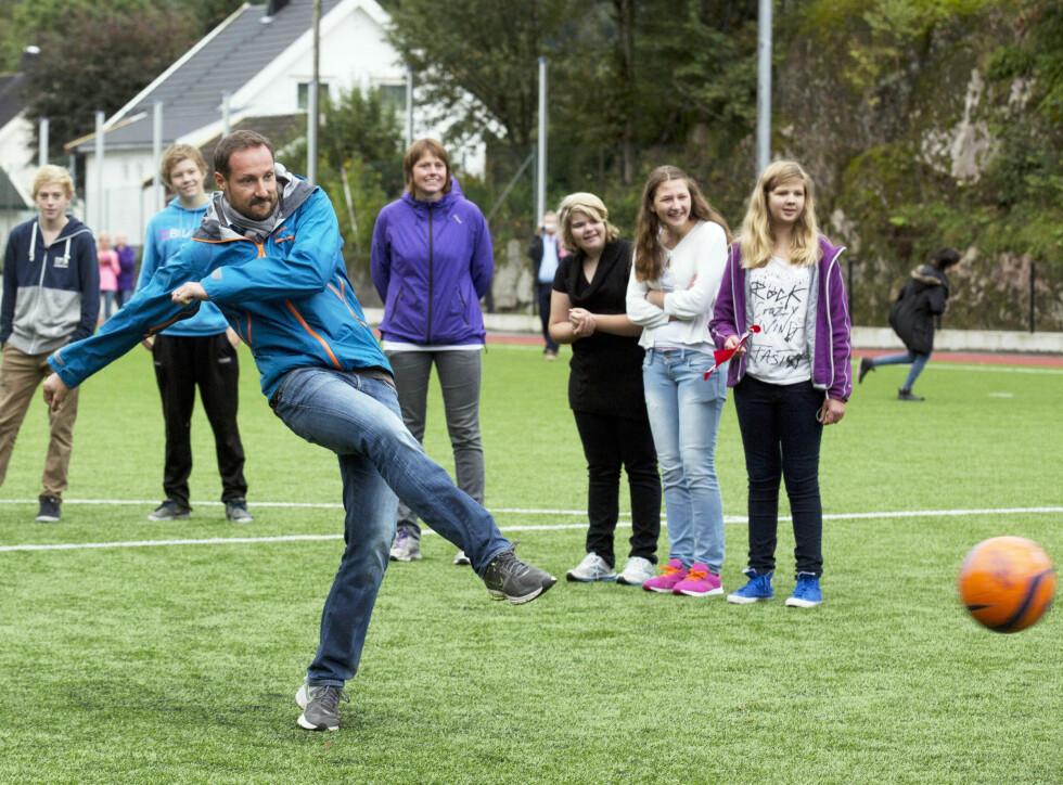 AKTIV: Kronprins Haakon ga alt under straffesparkkonkurransen i Marnadal i fjor. Foto: Julian Parker.
