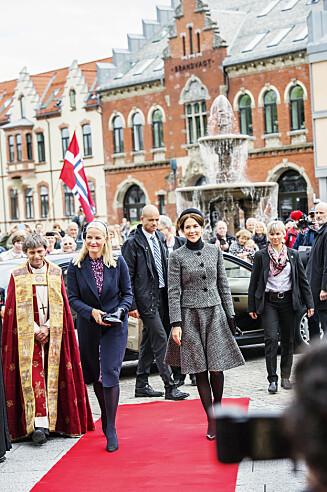 KJOLE OG FRAKK: Mette-Marit viste fram sin tredje Pia Tjelta-kjole da kronprinsesse Mary var i Norge. Den mønstrede kjolen har samme fasong som den lyseblå kjolen hun brukte i Vietnam. Foto: Anders Martinsen/Se og Hør