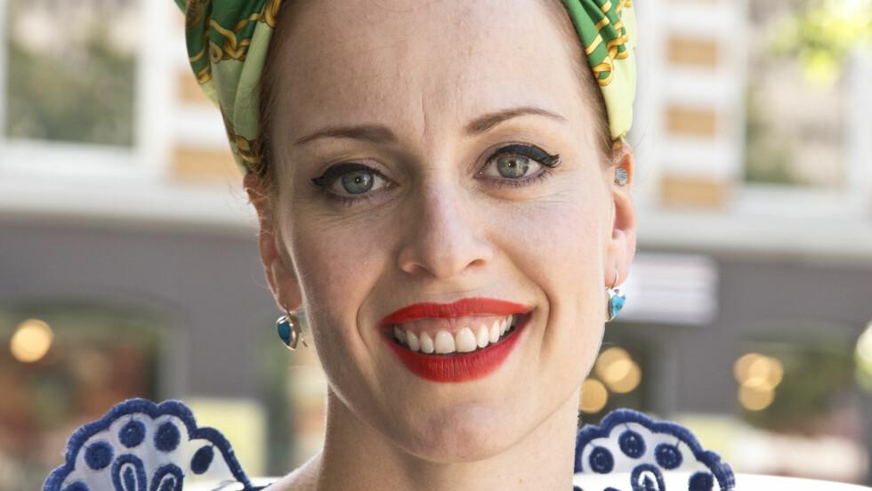 EGET VAREMERKE: 60-tallsinspirert sminke med kraftig svart eyeliner og sexy røde lepper, samt et tørkle på hodet, er blant Silyas faste varemerker. Foto: Morten Eik / Se og Hør
