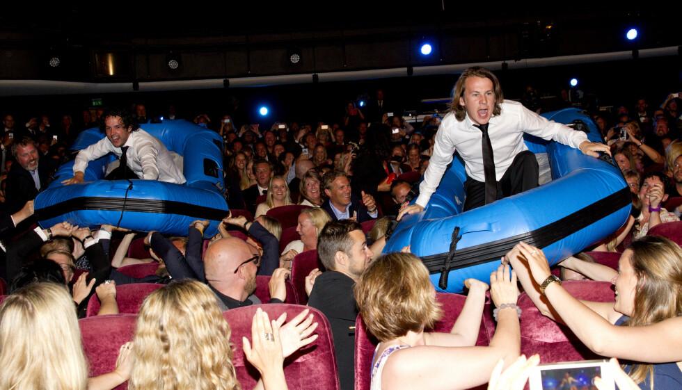 <strong>ELLEVILLE TILSTANDER:</strong> Ylvis-guttene sørget for høy stemning da de surfet over publikum i båter på TVNorges høstlansering torsdag. Foto: Andreas Fadum, Se og Hør