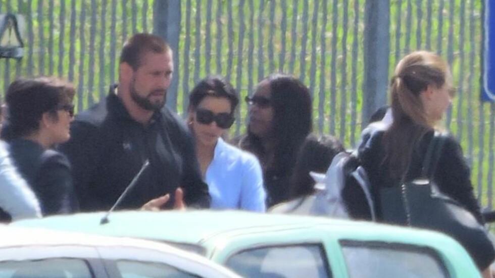 HER ER BRUDEN: Kim Kardashian bar hvite klær da hun ankom flyplassen i Firenze i 15-tiden lørdag. Før vielsen skiftet hun til en haute couture-brudekjole fra Givenchy. Foto: All Over Press
