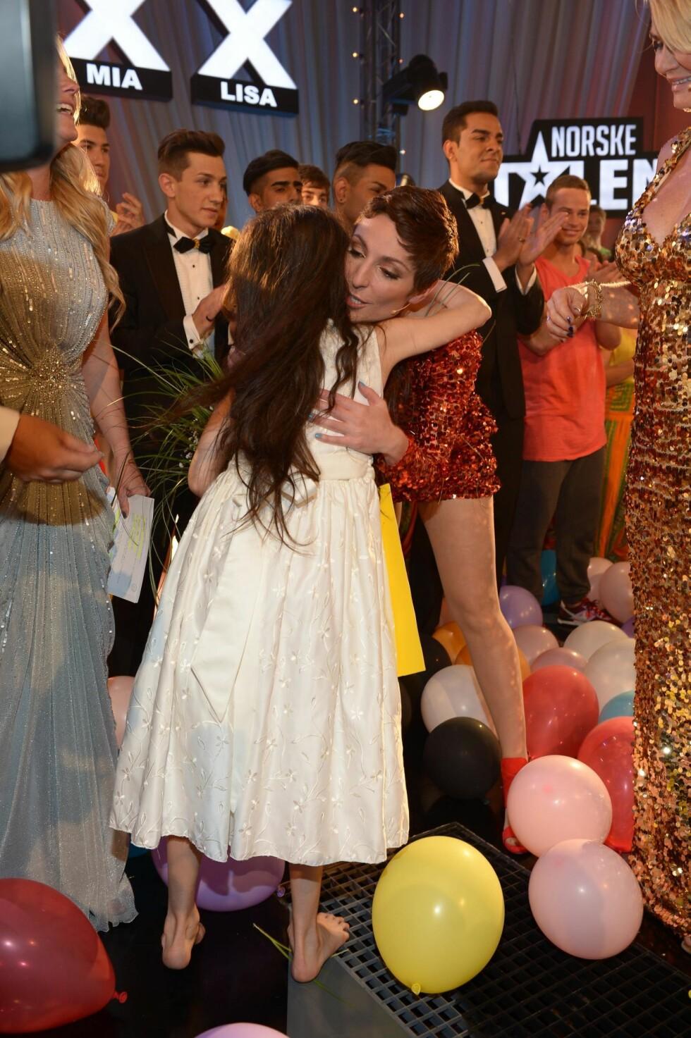 PUR LYKKE: Her gratuleres Angelina av dommer Lisa Tønne. Foto: FameFlynet
