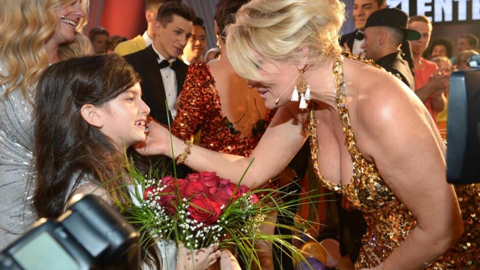 FEIRET: Etter at TV-kameraene var skrudd av, ble Angelina gratulert av blant andre Mia Gundersen. Foto: FameFlynet