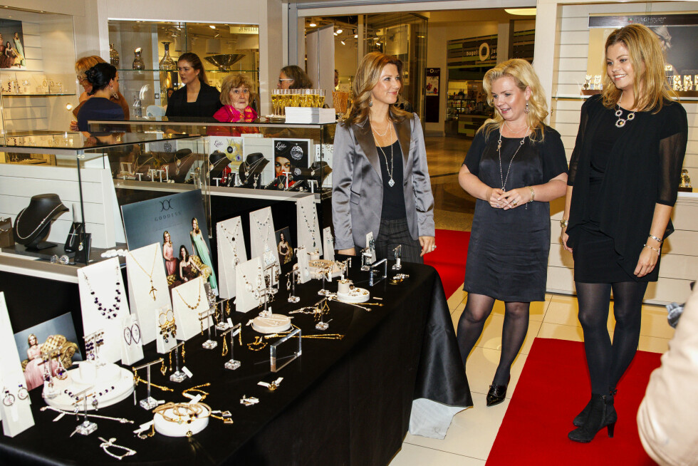 FORNØYD TRIO: Märtha og  Elisabeth har også hatt sukess med egen smykkekolleksjon sammen med Celine Engelstad. Her er de tre sammen på kjøpesenterturne. Foto: Andreas Fadum