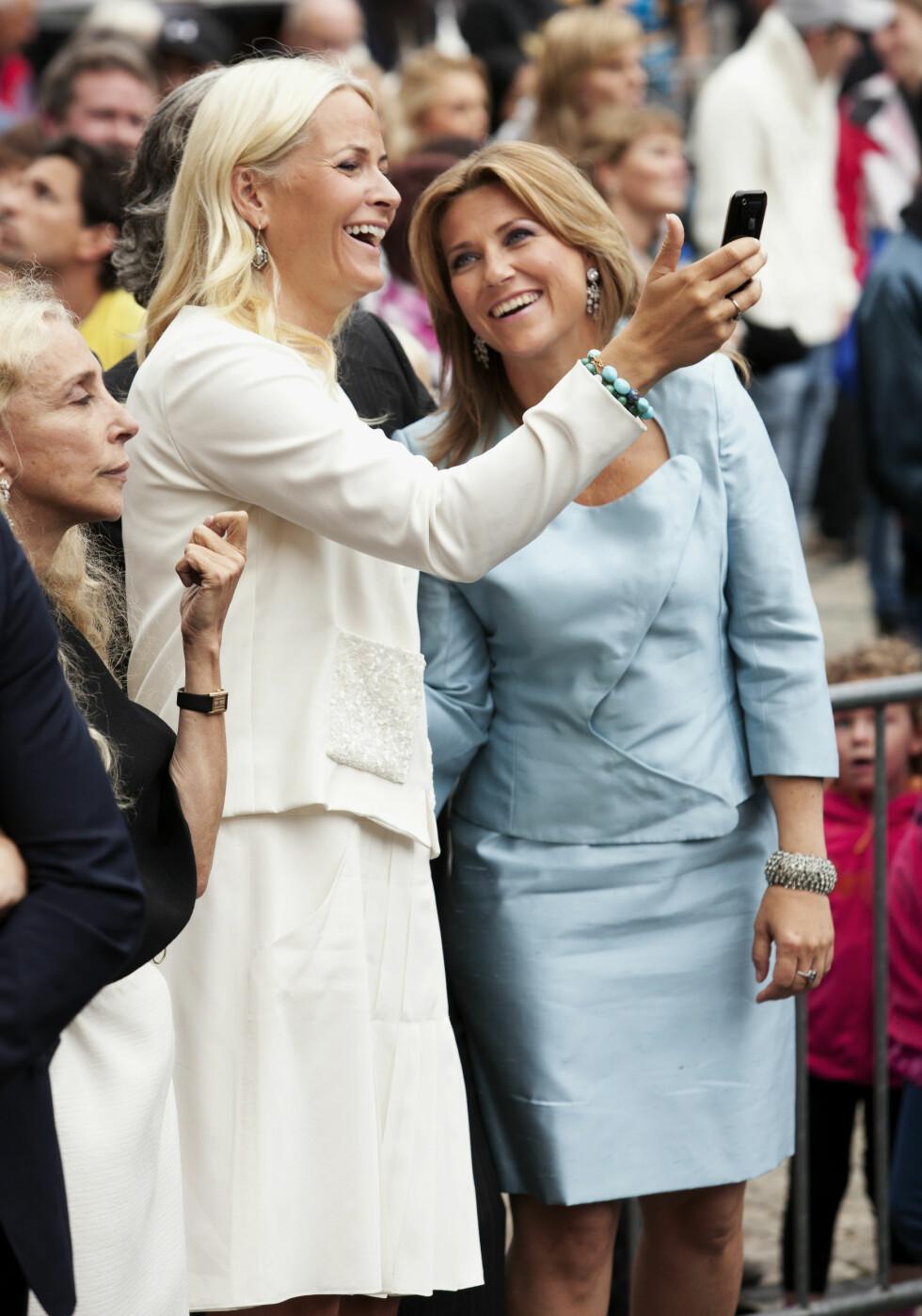 GOD KJEMI: Mette-Marit har tidligere hyllet Märtha for hennes varme hender. Her er de to svigerinnene sammen på kronprinsparets 10-års bryllupsdag. Foto: Se og Hør