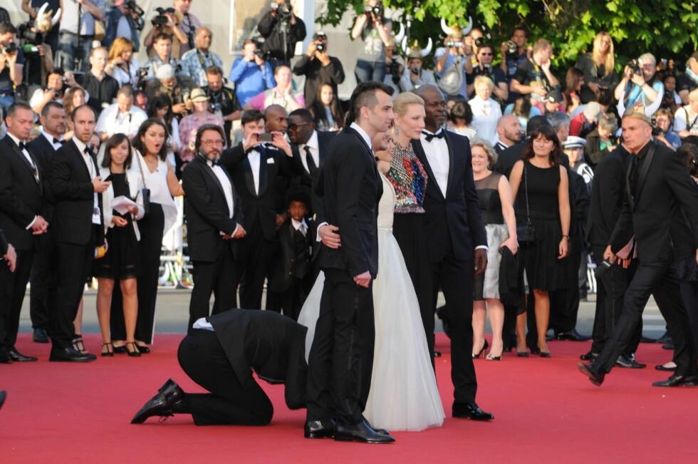 PÅ VEI: Her er journalisten på vei under Ferreras kjole før sikkerhetsvaktene rekker å registrere hva som skjer. Foto: imago/PanoramiC/ All Over Press