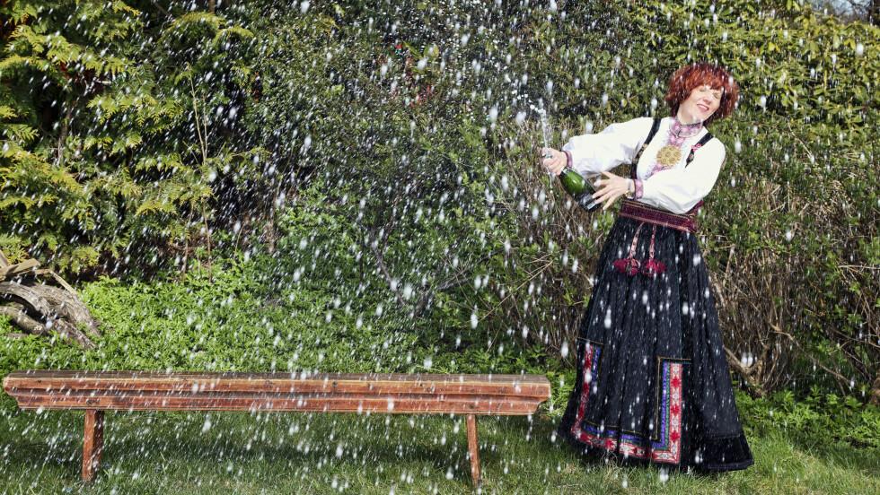 BOBLEVANN: Champagnespruten stod da Mari Maurstad poserte for Se og Hørs fotograf i sin vakre beltestakk fra Telemark. Bunaden kjøpte hun på implus for 15 år siden. Foto: Tor Kvello/Se og Hør