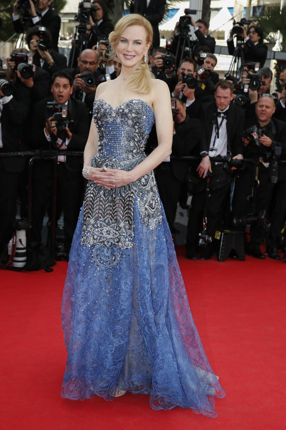 «Grace of Monaco»-skuespilleren kom på sin egen premiere i en himmelblå juvelbesatt Armani-kjole. Hennes blonde lokker var lagt over på den ene siden og tilbehøret var enkle diamantsmykker.  Foto: Stella Pictures