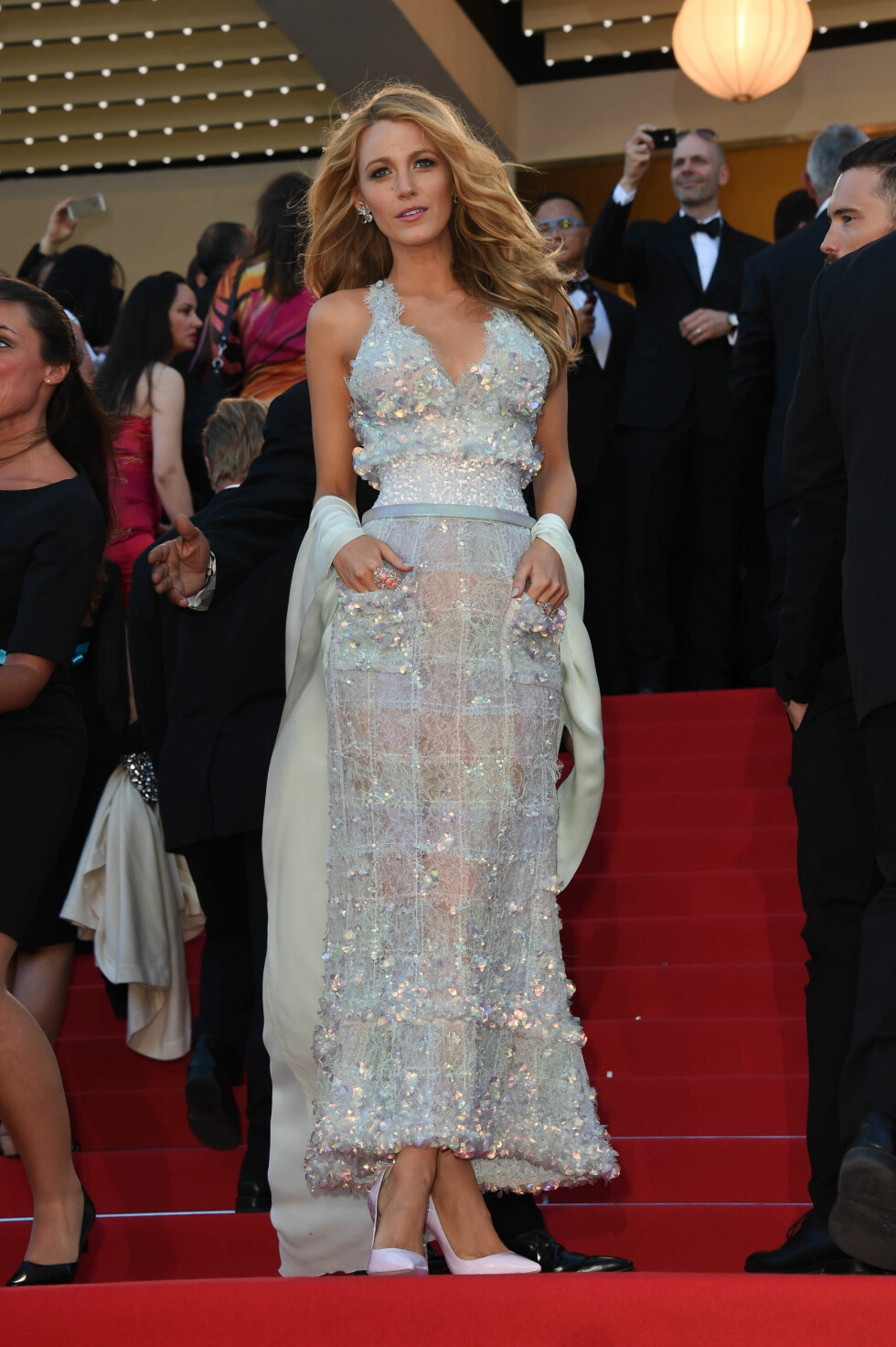 Blake Lively viste figuren i en paljettdekorert kjole med gjennomsiktig skjørt fra Chanel. Skuespilleren bar diamanter fra Lorraine Schwartz til en verdi av over seks millioner kroner.  Foto: FameFlynet