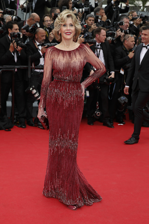 Alder er aldri en hindring for 76 år gamle Jane Fonda som matchet løperen i en perledekorert fotsid kjole fra Elie Saab.  Foto: Stella Pictures