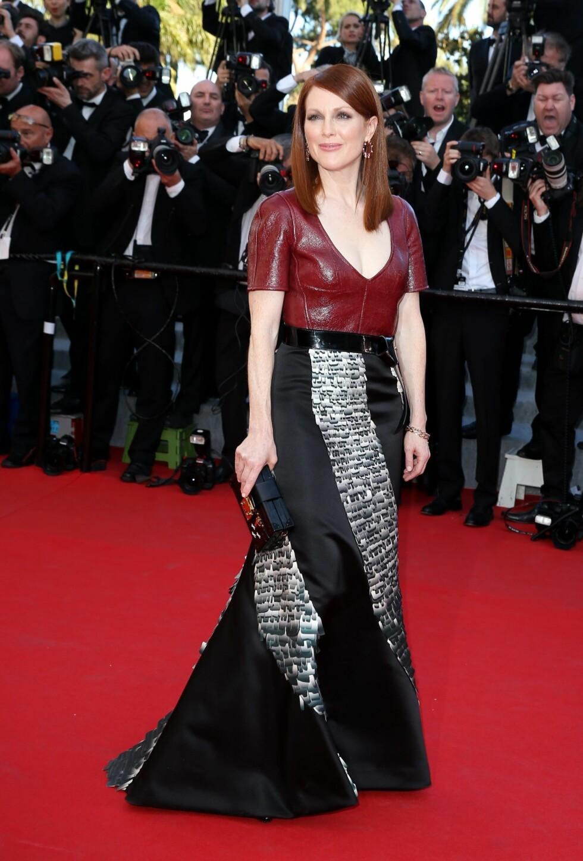 Skuespilleren var kledd i et sort og hvitt skjørt kombinert med en utringet rød skinntopp.  Foto: Stella Pictures