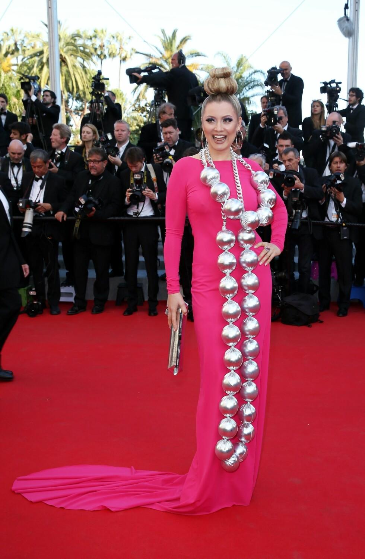 Den russiske TV-stjernen er ikke veldig kjent i Norge, men vekket oppsikt med kveldens største smykke. De enorme sølvkulene stjal oppmerksomheten fra den rosa kjolen.  Foto: Stella Pictures