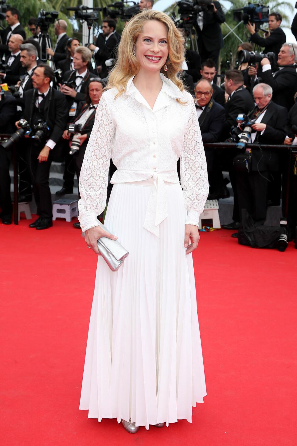Den norske skuespilleren sitter i Cannes-juryen og gikk på løperen i en sommerlig hvit kjole kombinert med en blondeskjorte.  Foto: Stella Pictures