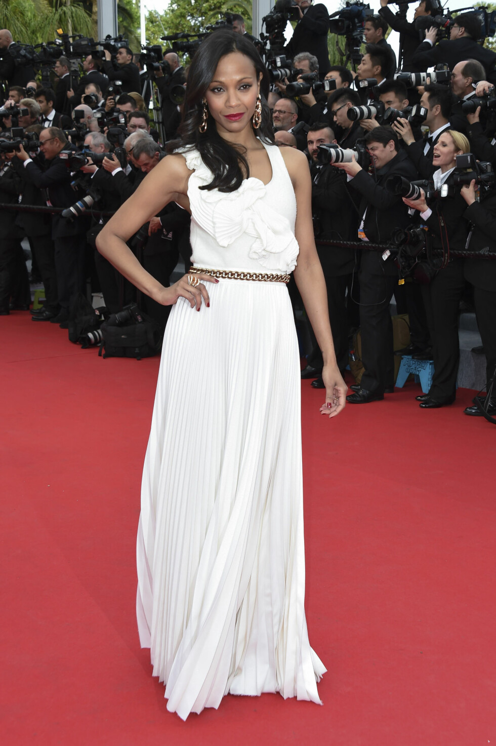 Skuespilleren bar en lang hvit kjole med gullbelte - designet av fotballfrue Victoria Beckham.  Foto: Stella Pictures