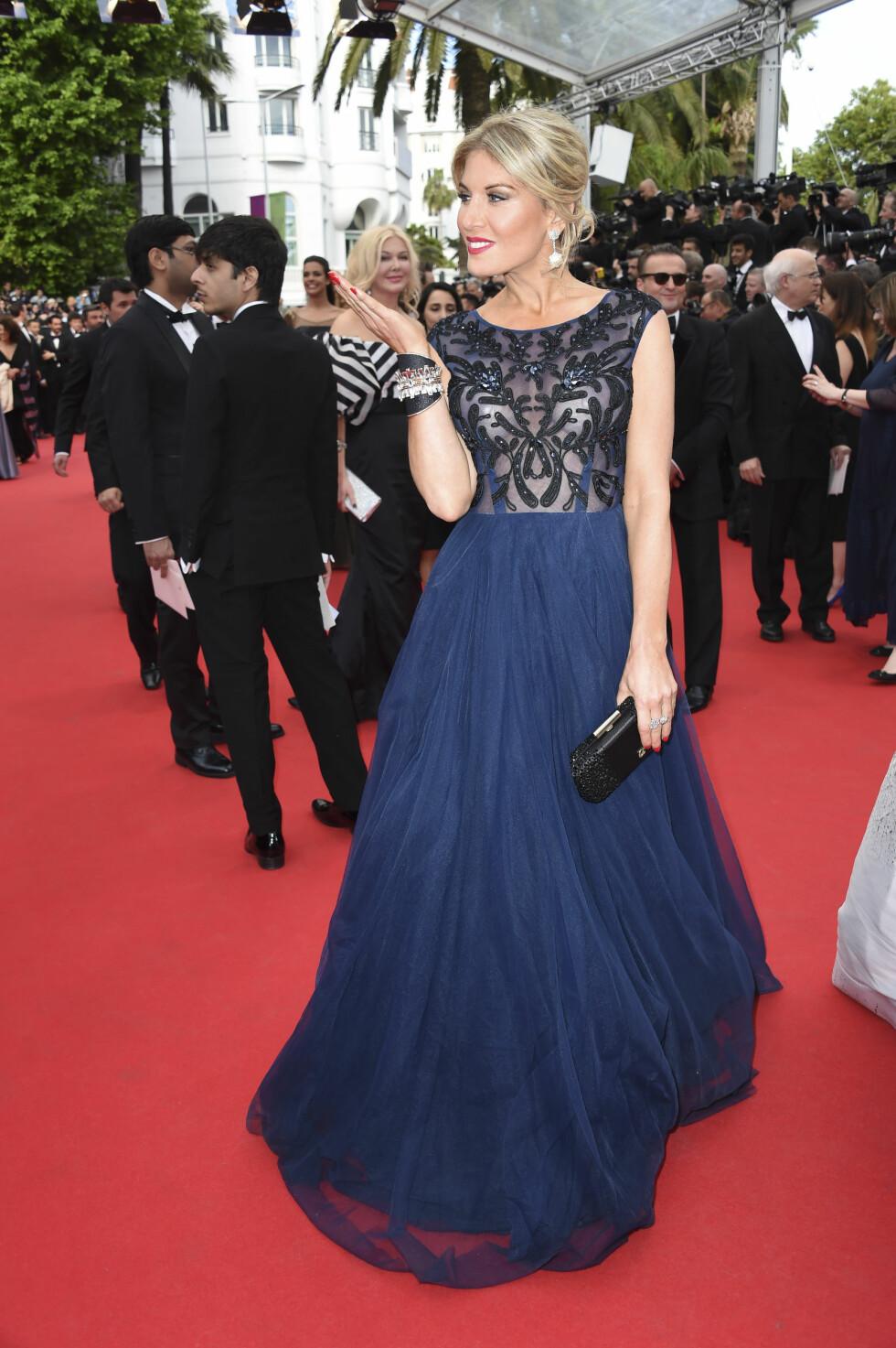Modell og Carew-venninne Hofit Golan bar en marineblå kjole med gjennomsiktig topp. Foto: Stella Pictures