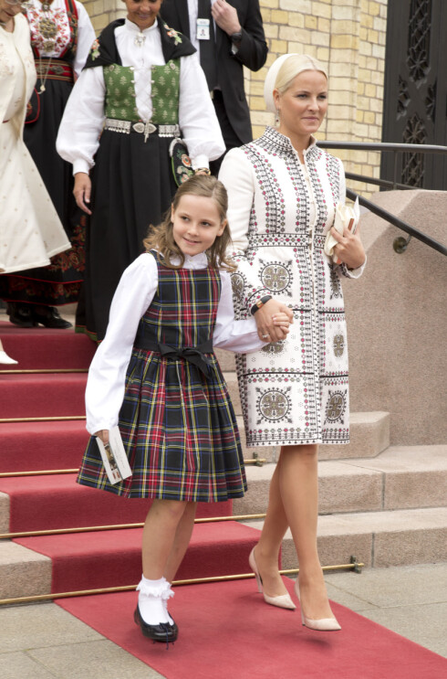 HÅND I HÅND: Kronprinsesse Mette-Marit og prinsesse Ingrid Alexandra på vei ut av Stortinget.  Foto: Morten Eik/Se og Hør