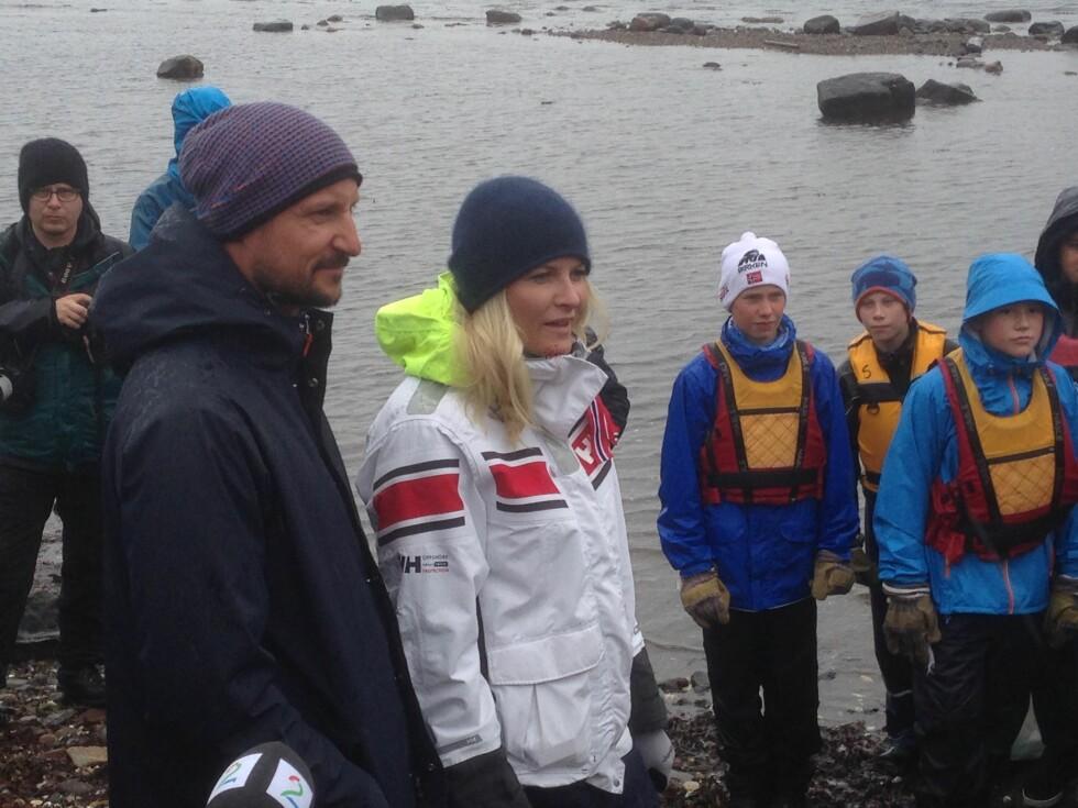 Plukker søppel: Kronprinsparet var godtt kledd da de kom til Østre Bolærne i forbindelse med Strandryddedagen. Foto: Anders Johan Stavseng
